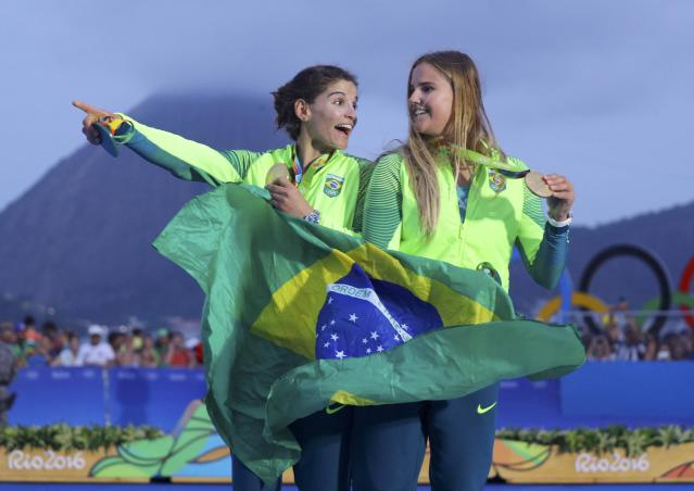 2016 Rio Olympics - Sailing - Victory Ceremony - Women's Skiff - 49er FX - Victory Ceremony - Marina de Gloria - Rio de Janeiro, Brazil - 18/08/2016. Gold medalists Martine Grael (BRA) of Brazil and Kahena Kunze (BRA) of Brazil pose with their medals and national flag. REUTERS/Brian Snyder FOR EDITORIAL USE ONLY. NOT FOR SALE FOR MARKETING OR ADVERTISING CAMPAIGNS.