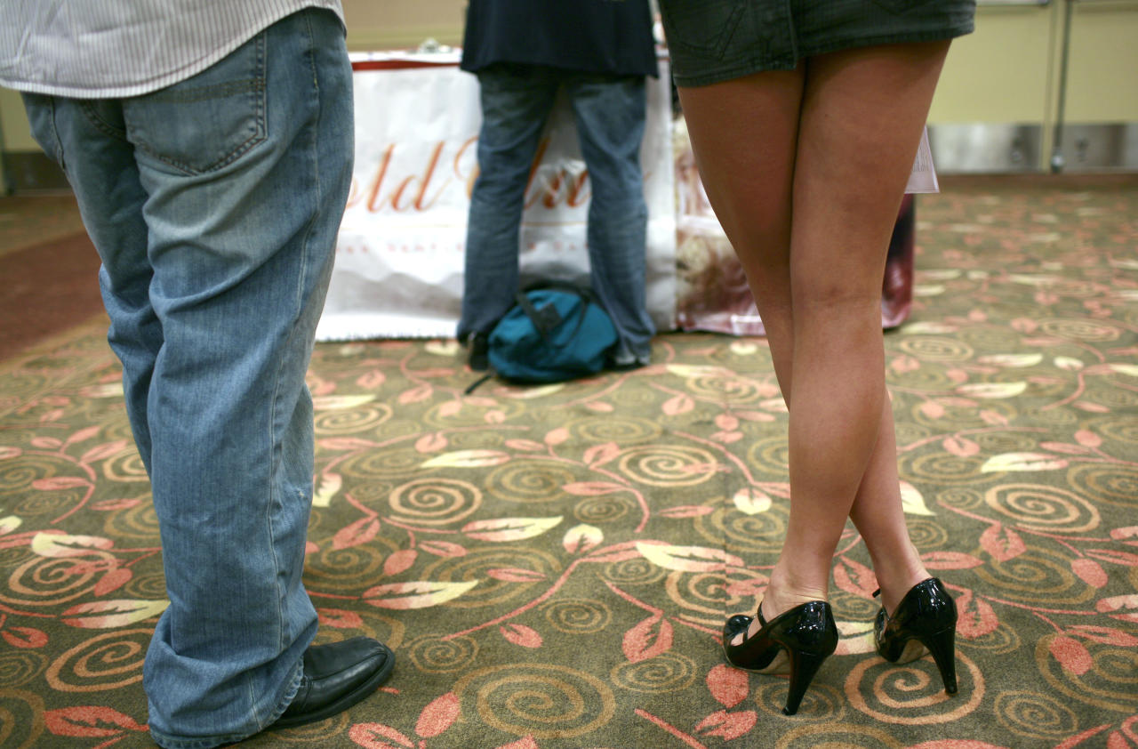 People wait in line to speak with recruiting representatives during a job fair in San Francisco, California, July 20, 2009. Hundreds of people applied for 30 jobs as bartenders, exotic dancers and waitresses at several San Francisco strip clubs. REUTERS/Robert Galbraith   (UNITED STATES BUSINESS SOCIETY)