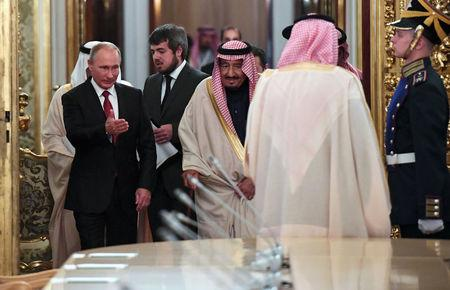 Russian President Vladimir Putin shows the way to Saudi Arabia's King Salman during a meeting at the Kremlin in Moscow, Russia, October 5, 2017. REUTERS/Yuri Kadobnov/Pool