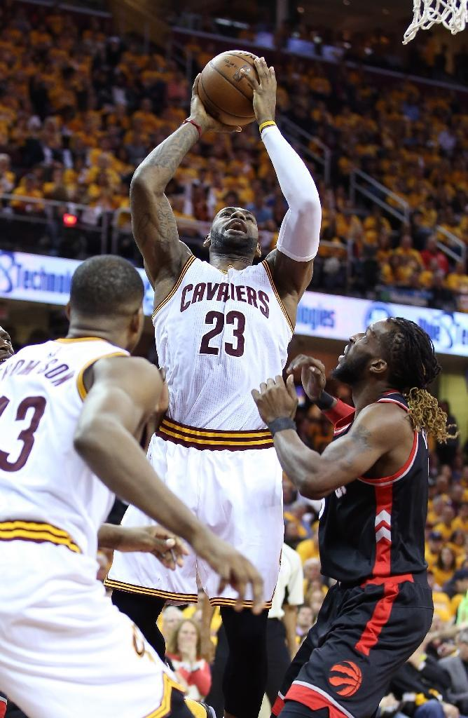 LeBron James of the Cleveland Cavaliers shoots against DeMarre Carroll of the Toronto Raptors in game one of the Eastern Conference Finals (AFP Photo/Andy Lyons)