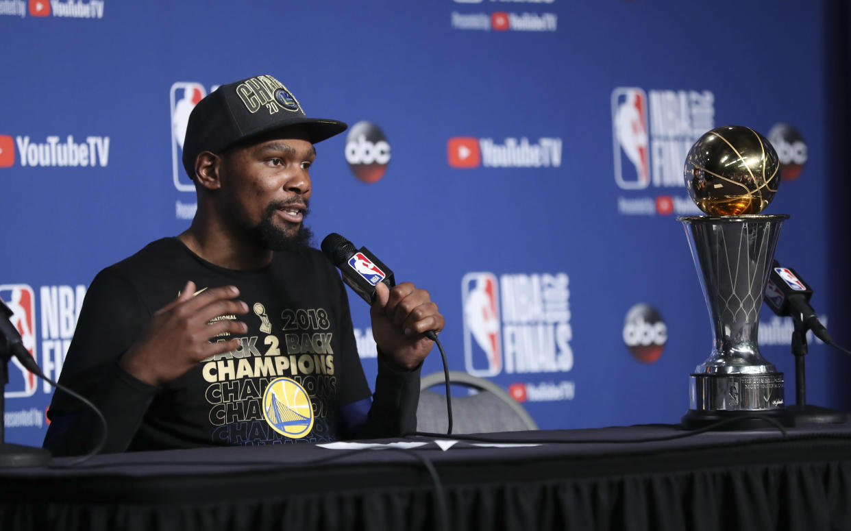 "<a class=""link rapid-noclick-resp"" href=""/nba/players/4244/"" data-ylk=""slk:Kevin Durant"">Kevin Durant</a> wants to return to the <a class=""link rapid-noclick-resp"" href=""/nba/teams/gsw"" data-ylk=""slk:Warriors"">Warriors</a>, but not on a long-term deal. (AP Photo)"