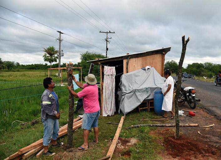 People affected by floods set up improvised shacks in Falcon, 42 km west from Asuncion, along the Paraguay-Argentina border on December 26, 2015 (AFP Photo/Norberto Duarte)
