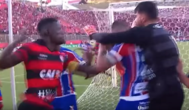 A Vitoria player throws a punch at a Bahia player. (Screenshot: BDV Football on YouTube)