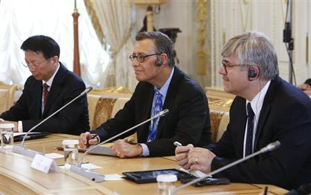 Reuters Managing Editor Paul Ingrassia (C) and other journalists attend a meeting with Russia's President Vladimir Putin on the sidelines of the St. Petersburg International Economic Forum 2014 (SPIEF 2014) in St. Petersburg May 24, 2014. REUTERS/Sergei Karpukhin