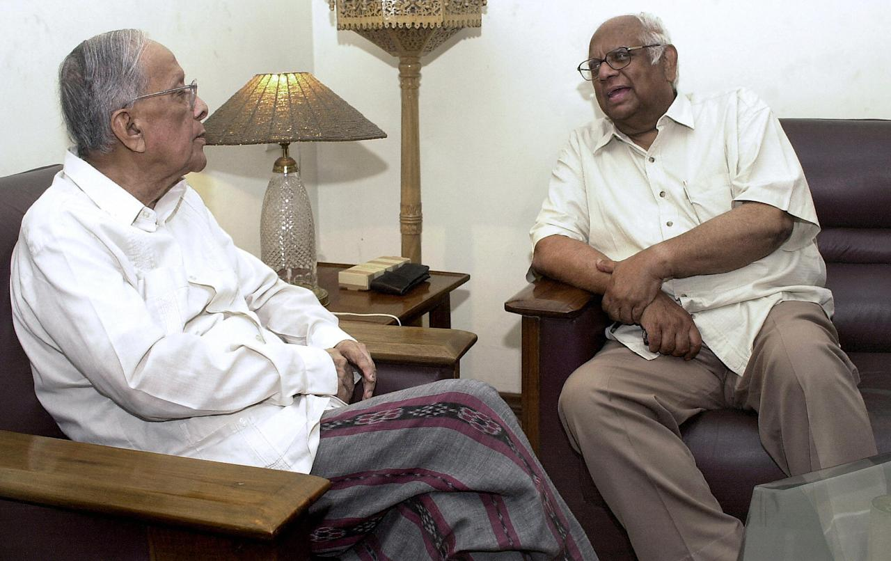 <p>Veteran Communist Party of India (Marxist) (CPI-M) leader Jyoti Basu talks with other party veteran Somnath Chatterjee in Kolkata, 26 May 2004. The CPI-M announced, 25 May that a 14-member politburo of the party agreed to spare veteran leader Somnath Chatterjee to become speaker of the lower house of the parliament. AFP PHOTO/Deshakalyan CHOWDHURY </p>