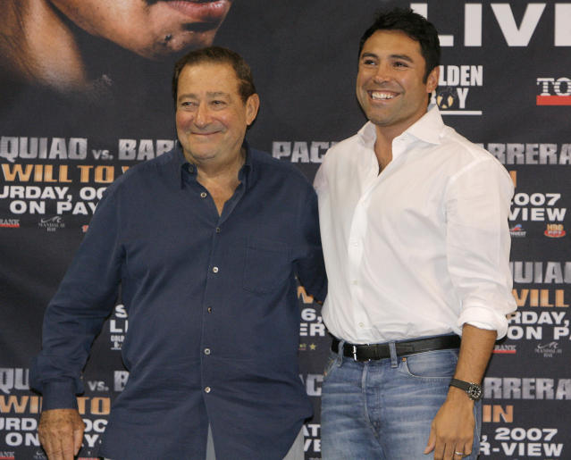 Boxing promoters Bob Arum (L) and Oscar De La Hoya pose for photos at the Mandalay Bay Resort and Casino in Las Vegas in 2007. (AP Photo/Jae C. Hong)
