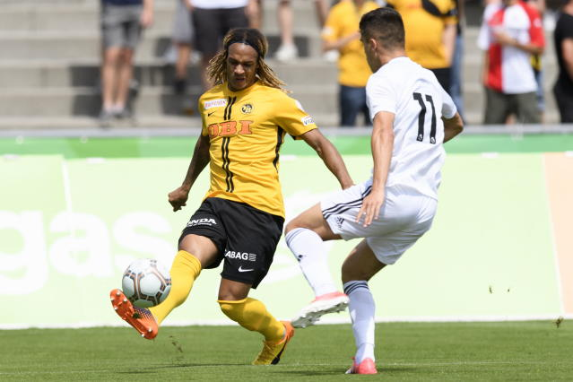 AA0701 UHRC. Bern (Switzerland Schweiz Suisse), 14/07/2018.- YBs Kevin Mbabu, left, fights against Wolverhampton Wanderers Ryan Giles, right, during a friendly soccer match of the international Uhrencup tournament between BSC Young Boys and Wolverhampton Wanderers FC at the Stadion Neufeld in Bern, Switzerland, 14 July 2018. (Futbol, Amistoso, Suiza) EFE/EPA/ANTHONY ANEX