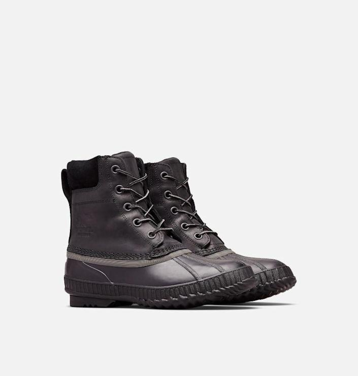 """<p><strong>Sorel</strong></p><p>sorel.com</p><p><strong>$116.25</strong></p><p><a href=""""https://go.redirectingat.com?id=74968X1596630&url=https%3A%2F%2Fwww.sorel.com%2Fp%2Fmens-cheyanne-ii-lace-duck-boot-1750241.html%3Fdwvar_1750241_color%3D010%26dwvar_1750241_size%3D10.5%26mid%3Dpaidsearch%26eid%3DGoogle%2BPLA%2BUS%26ef_id%3DCj0KCQjwxdSHBhCdARIsAG6zhlVjNjxkrC_BjKyUa0TWNq30stFxE5eZ0_7C-5OUUfRWfSbyL3LhlT4aAggqEALw_wcB%253AG%253As%26s_kwcid%3DAL%252113460%25213%2521445050594408%2521%2521%2521g%2521576402843983%2521%252110410889582%2521104964842098%26gclid%3DCj0KCQjwxdSHBhCdARIsAG6zhlVjNjxkrC_BjKyUa0TWNq30stFxE5eZ0_7C-5OUUfRWfSbyL3LhlT4aAggqEALw_wcB&sref=https%3A%2F%2Fwww.menshealth.com%2Fstyle%2Fg37095236%2Fbest-rain-boots-for-men%2F"""" rel=""""nofollow noopener"""" target=""""_blank"""" data-ylk=""""slk:BUY IT HERE"""" class=""""link rapid-noclick-resp"""">BUY IT HERE</a></p><p>To put it simply, the Duck Boot is meant to """"defeat the downpour."""" The shoes are insulated and come in six different colors, which makes them perfect for wearing for light snow and heavy rain.</p>"""