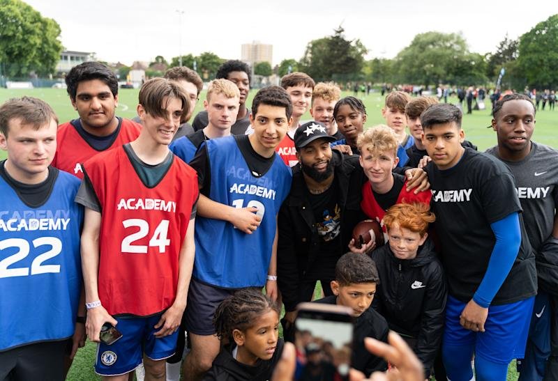 Odell Beckham Jr poses with NFL hopefuls (NFL/Romel Birch)