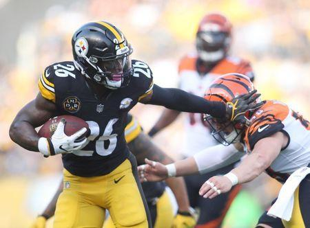 Oct 22, 2017; Pittsburgh, PA, USA; Pittsburgh Steelers running back Le'Veon Bell (26) rushes the ball against Cincinnati Bengals outside linebacker Nick Vigil (59) during the first quarter at Heinz Field. Mandatory Credit: Charles LeClaire-USA TODAY Sports