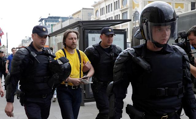 <p>Riot police detain a man during an anti-corruption protest organised by opposition leader Alexei Navalny, on Tverskaya Street in central Moscow, Russia, June 12, 2017. (Maxim Shemetov/Reuters) </p>