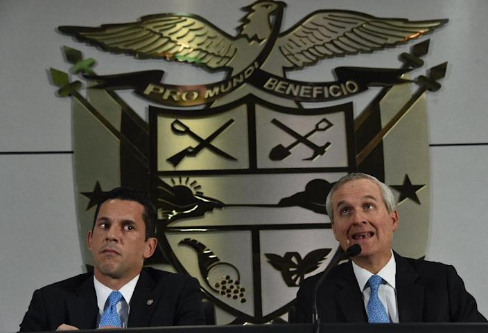 Panama's Minister of the Presidency Alvaro Aleman (R) and Vice-Foreign Minister Luis Miguel Hincapie hold a press conference about the Mossack Fonseca firm and the Panama Papers revelations, in Panama City, on April 5, 2016 (AFP Photo/Rodrigo Arangua)