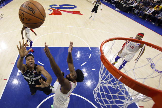 Giannis Antetokounmpo遭Joel Embiid嚴防。 (AP Photo/Chris Szagola)