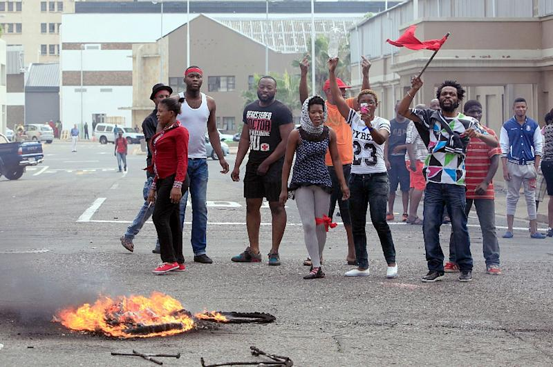 Foreign nationals gesture after clashes broke out between a group of locals and police in Durban on April 14, 2015 (AFP Photo/)
