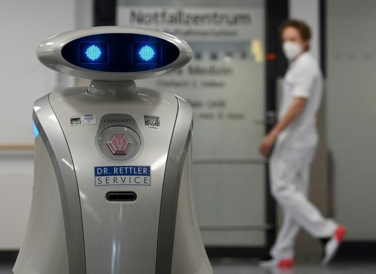 The cleaning robot named Franzi has made friends at the Neuperlach hospital where she works