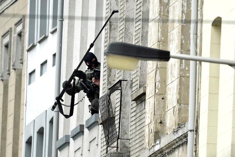 Belgium special force officers use a camera as they prepare to enter a house in the Rue Delaunoy in Molenbeek-Saint-Jean of Brussels, on November 16, 2015 (AFP Photo/Dirk Waem)