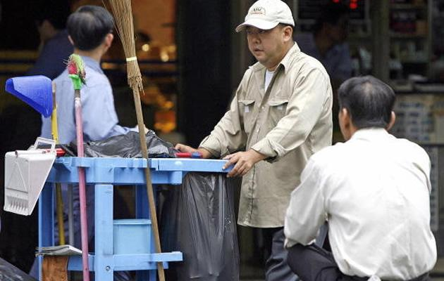 Singapore's government has moved to set an entry-level minimum wage of S$1,000 for its cleaners. (Getty Images)