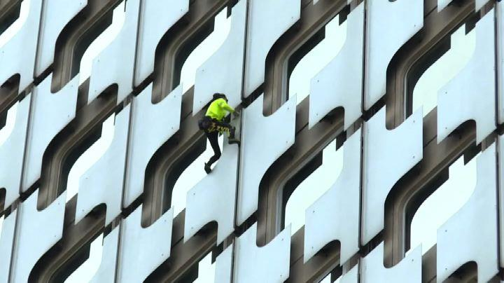 Lo Spiderman francese scala torre nel quartiere della Defense