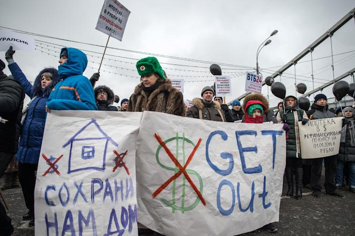 A rally in central Moscow on December 28, 2014 against the banks and rise in the value of the dollar (AFP Photo/Dmitry Serebryakov)