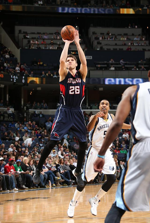 MEMPHIS, TN - JANUARY 12: Kyle Korver #26 of the Atlanta Hawks shoots against the Memphis Grizzlies on January 12, 2014 at FedExForum in Memphis, Tennessee. (Photo by Joe Murphy/NBAE via Getty Images)