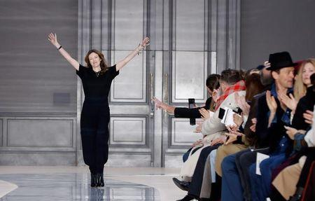 Clare Waight Keller ao final de desfile em Paris