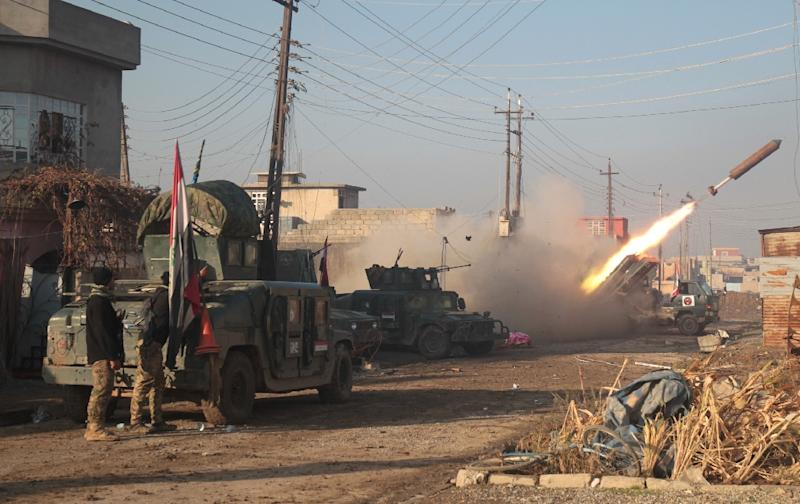 Iraqi forces launch a rocket in Mosul's eastern Al-Intisar neighbourhood on December 30, 2016, during an ongoing military operation against Islamic State (IS) group jihadists (AFP Photo/AHMAD AL-RUBAYE)
