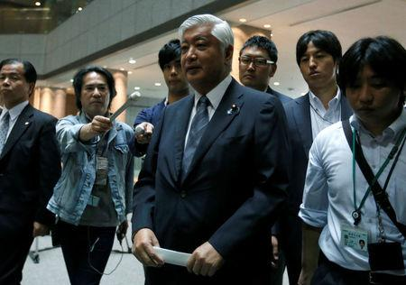 Japan's Defense Minister Gen Nakatani (C) is surrounded by reporters at the Defense Ministry in Tokyo, Japan May 31, 2016.  REUTERS/Toru Hanai