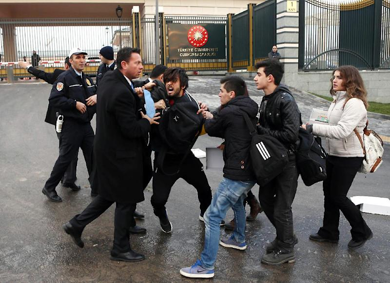 Turkish students scuffle with police and security guards during a protest against the government and corruption outside the presidential palace in Ankara December 17, 2014 (AFP Photo/Adem Altan)