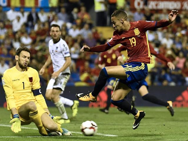 Albania's Etrit Berisha (L) vies with Spain's Rodrigo Moreno during their World Cup 2018 qualifier match Spain in Alicante on October 6, 2017 (AFP Photo/JOSE JORDAN)