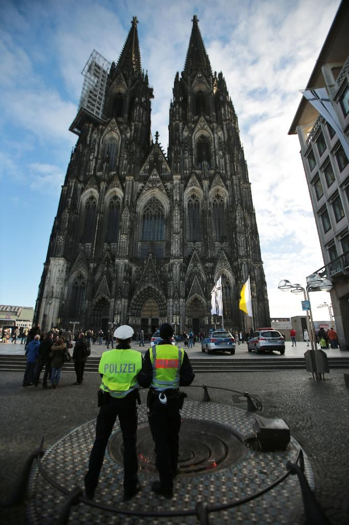 German police stand guard outside's Cologne's landmark cathedral, where several offenses against women were committed on New Year's Eve (AFP Photo/Oliver Berg)