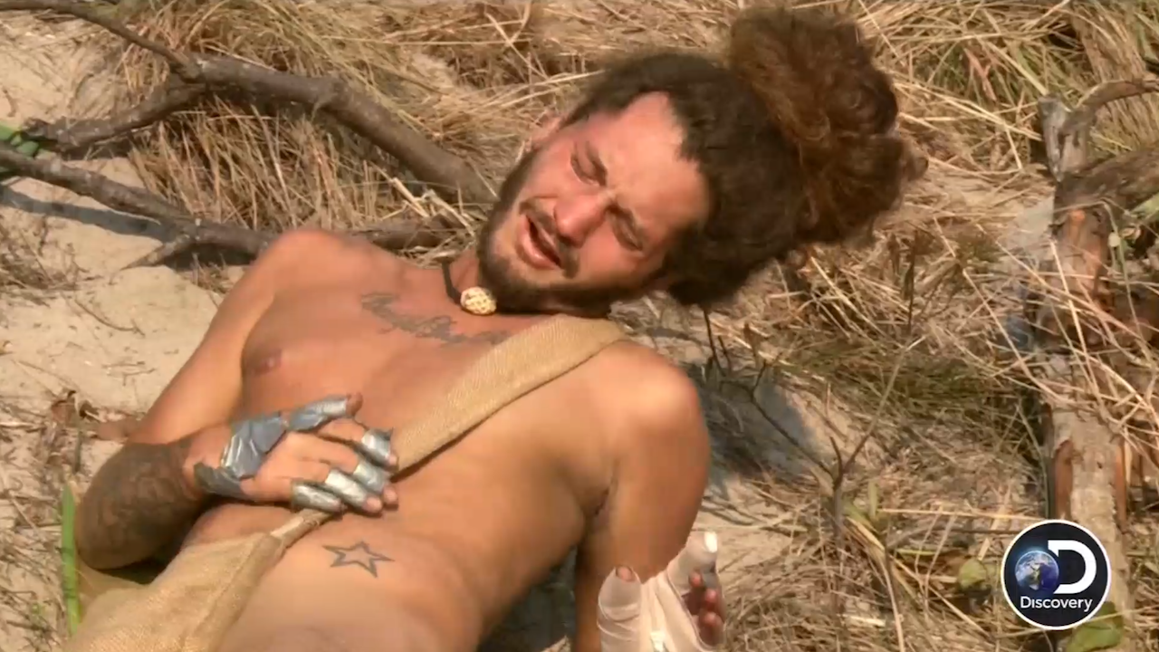 Ang Naked 'naked and afraid' contestant suffers messy machete mishap