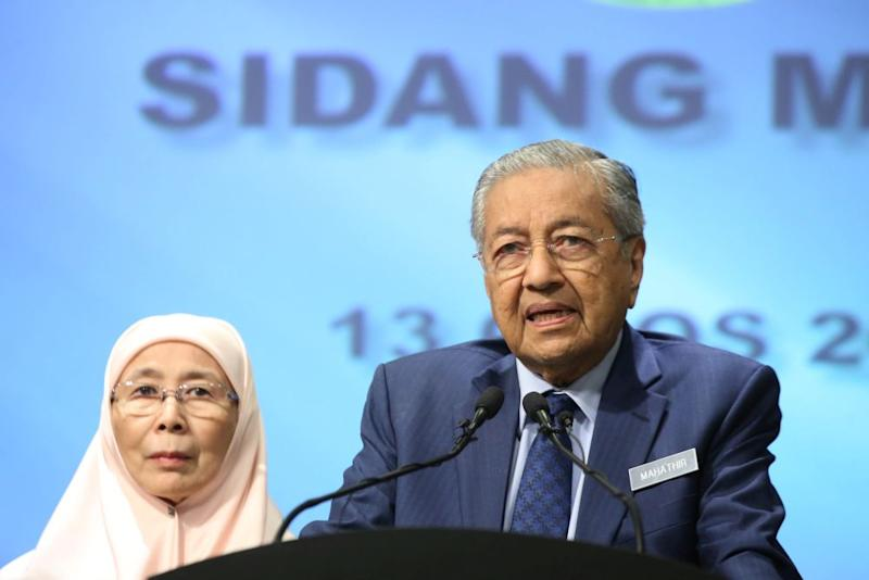 Mahathir shot down claims that he and Tun Daim Zainuddin planned to obstruct Anwar should Rafizi Ramli fail to win the deputy presidency in PKR's upcoming polls. — Picture by Azinuddin Ghazali