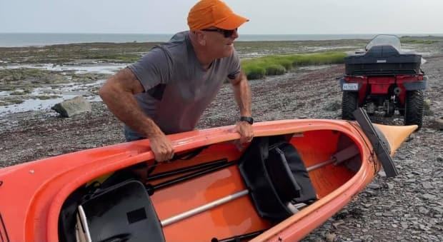 André Moisan took his kayak with him to rescue a mother and her 10-year-old daughter that were stranded offshore at L'isle-aux-Coudres (Facebook/Hélène Lemay - image credit)