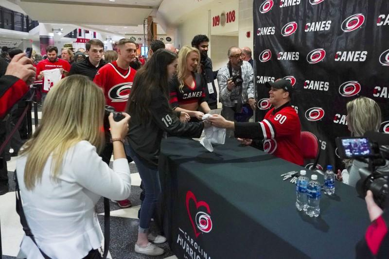 Ice hockey: Instant celebrity Ayres learning how A-listers live