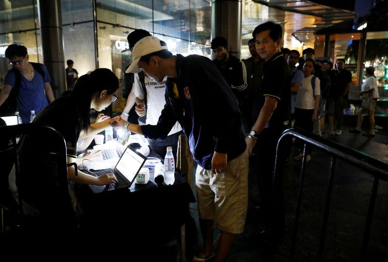 <p>People queue overnight for the iPhone X launch outside the Apple store in Singapore November 3, 2017. REUTERS/Edgar Su </p>