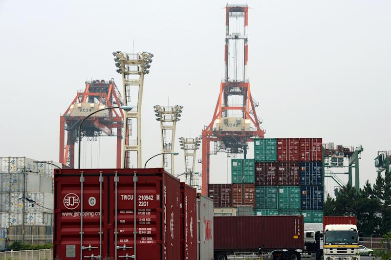 Shipping containers are seen at a port in Tokyo, on July 24, 2014 (AFP Photo/Toshifumi Kitamura)