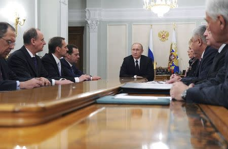Russian President Vladimir Putin (C) chairs a meeting with members of the Security Council at the Novo-Ogaryovo state residence outside Moscow January 23, 2015. REUTERS/Mikhail Klimentyev/RIA Novosti/Kremlin