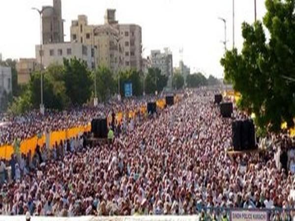 Thousands of protestors at an anti-Shia protest in Karachi, Pakistan on Friday. (Photo source: Afreen's Twitter)