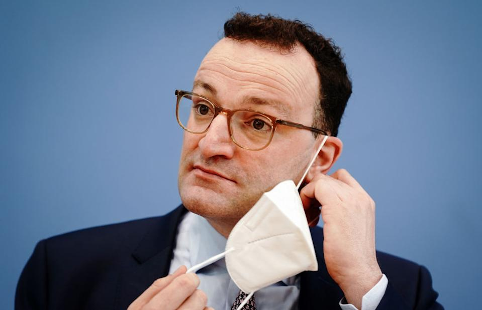 26 March 2021, Berlin: Jens Spahn (CDU), Federal Minister of Health, takes off his FFP2 mask at the beginning of the press conference on the Corona situation before Easter. Photo: Kay Nietfeld/dpa (Photo by Kay Nietfeld/picture alliance via Getty Images)