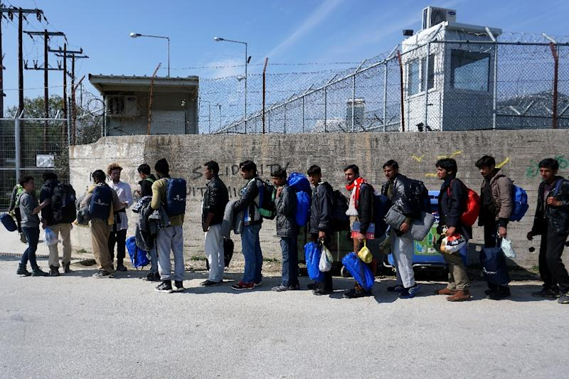 Migrants from Pakistan wait to enter the Moria camp for migrants and refugees on the Greek island of Lesbos on March 21, 2016 (AFP Photo/)