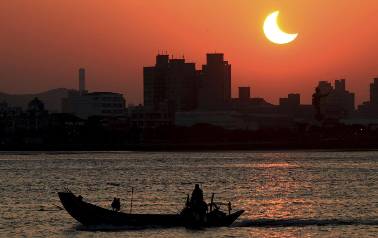 The solar eclipse is seen over the Tamsui River, northern Taiwan, January 15, 2010. The annular eclipse of the sun, which will last for over 11 minutes during its maximum duration, will be visible from a 300-km wide track that passes half of the earth, according to NASA. QUALITY FROM SOURCE    REUTERS/Stringer (TAIWAN - Tags: SOCIETY ENVIRONMENT) TAIWAN OUT. NO COMMERCIAL OR EDITORIAL SALES IN TAIWAN
