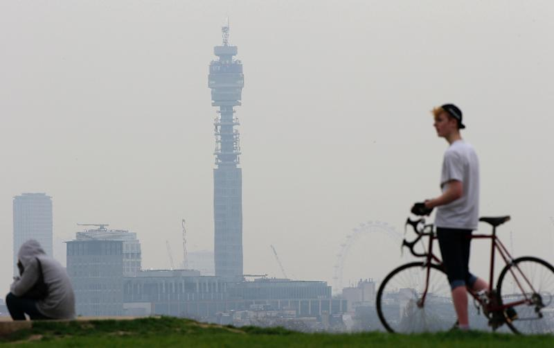 A cyclist pictured at the top of Primrose Hill in London on April 3, 2014 as the city below lies shrouded in pollution (AFP Photo/Adrian Dennis)
