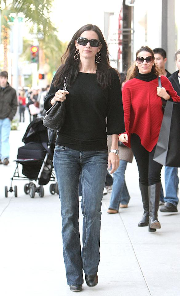 """Courteney Cox Arquette does some after-Christmas shopping on ritzy Rodeo Drive in Beverly Hills. <a href=""""http://www.infdaily.com"""" target=""""new"""">INFDaily.com</a> -December 27, 2007"""