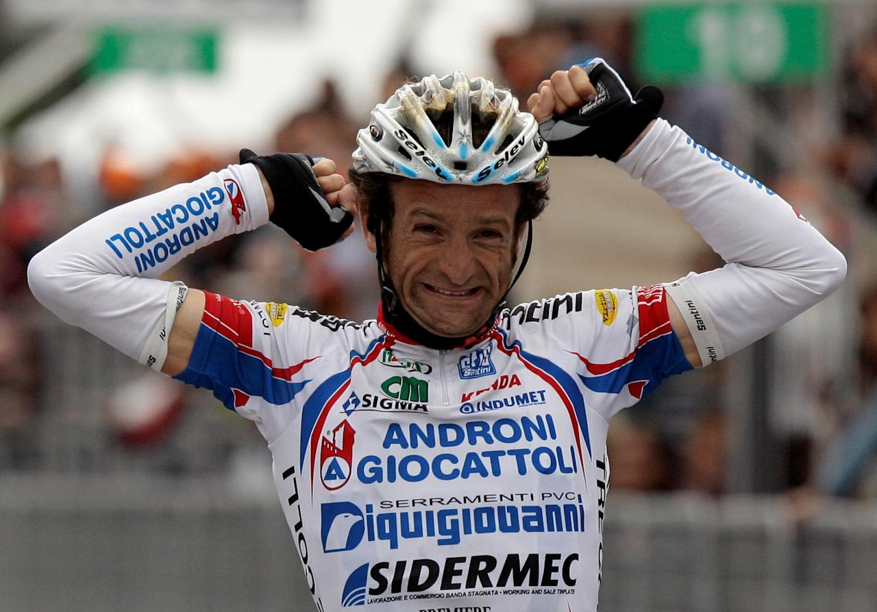 FILE PHOTO: Androni-Diquigiova team rider Michele Scarponi of Italy celebrates his victory as he crosses the finish line of the 195-km 19th stage of the Giro d'Italia cycling race from Brescia to Aprica  May 28, 2010. REUTERS/Alessandro Garofalo/File Photo