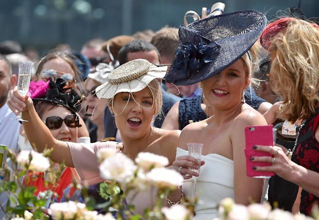 Racegoers cheer during the Melbourne Cup, at Flemington Racecourse, in November 2016 (AFP Photo/PAUL CROCK)