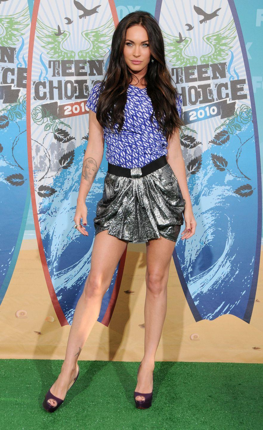 <p>The actor wore an Isabel Marant lamé skirt for the 12th Annual Teen Choice Awards 2010. She styled the skirt with a purple-coloured printed top. </p>
