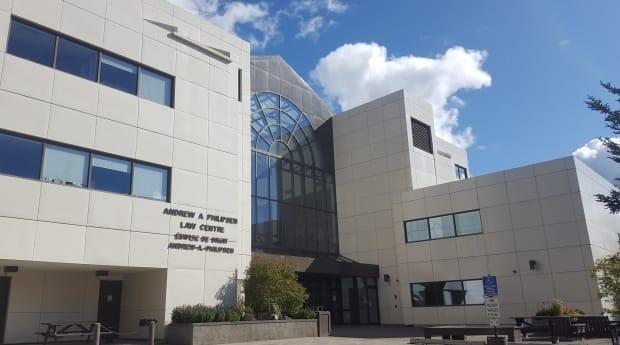 The Yukon court house in Whitehorse. The Yukon Court of Appeal held a hearing over Zoom, which was streamed live in one of the courtrooms, for a case over Vuntut Gwitchin's residency requirement for councillors.  (Paul Tukker/CBC - image credit)