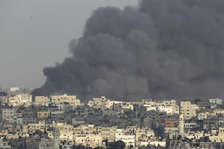Smokes rises during an Israeli ground offensive in the east of Gaza City July 23, 2014. REUTERS/Ahmed Zakot