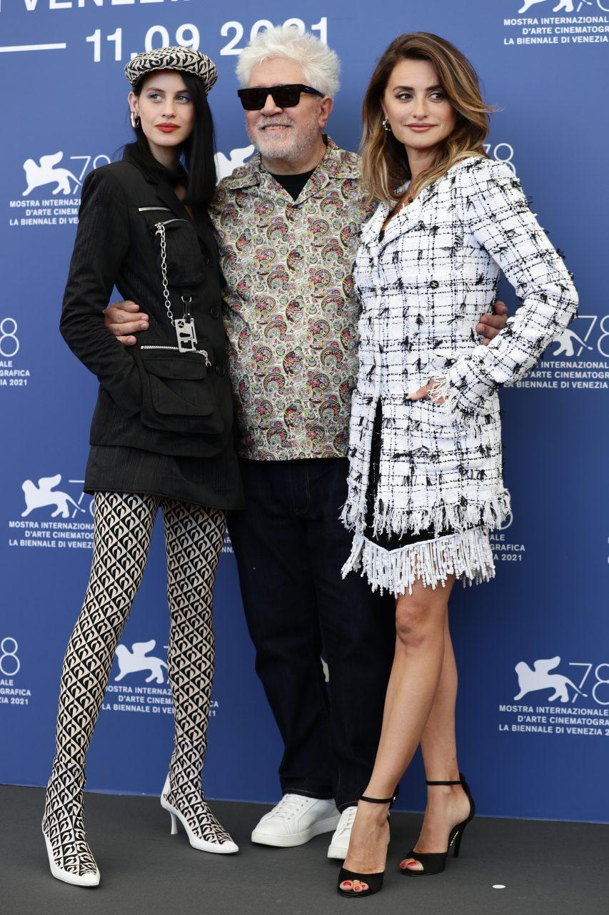 VENICE, ITALY - SEPTEMBER 01: Milena Smit, Director Pedro Almodóvar and Penélope Cruz attend the photocall of 'Madres Paralelas' during the 78th Venice International Film Festival on September 01, 2021 in Venice, Italy. (Photo by Vittorio Zunino Celotto/Getty Images)