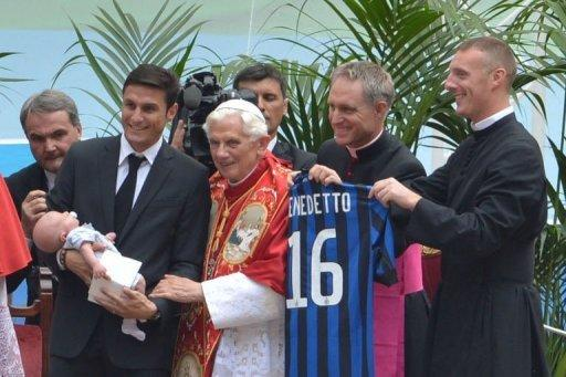 Pope Benedict XVI (C) greets Inter Milan's football team captain Javier Zanetti (L) and his family during a celebration with candidates for Confirmation at San Siro stadium in Milan, as part of the 7th World Meeting of Families